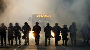 امریکہ میں مظاہروں کے خلاف پولیس اہلکار الرٹ کھڑے ہیں