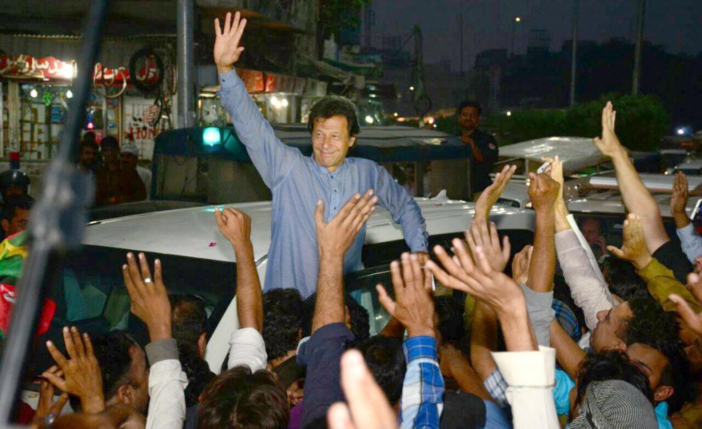 لاہور،تحریک انصاف کے چیئرمین عمران خان لاہور کے دورے کے موقع پر ہاتھ ہلاکر کارکنوں کے نعروںکاجواب دے رہے ہیں