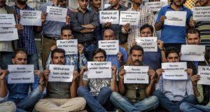 سرینگر میں اخبار 'کشمیر ریڈر' کی بندش، صحافیوں کا احتجاج
