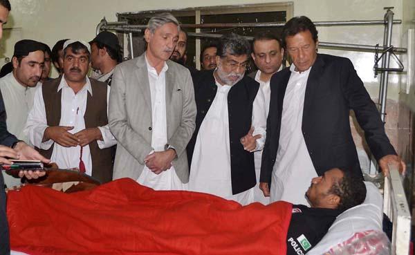 کوئٹہ،عمران خان پولیس ٹریننگ کالج کے زخمی ہونیوالے اہلکاروںکی عیادت کررہے ہیں،جہانگیرترین،سرداریاررندبھی موجودہیں
