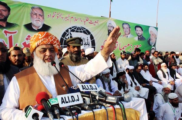 پشاور: امیر جمعیت علماءاسلام (ف) مولانا فضل الرحمن عوامی اجتماع سے خطاب کر رہے ہیں