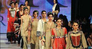 لاہور: برائیڈل شو کا انعقاد، طالبات کی ریمپ پر واک