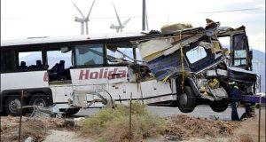 کیلی فورنیا : بس ٹریکٹر ٹرالر میں جا گھسی، 13 افراد ہلاک