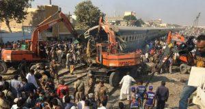 کراچی کے علاقے لانڈھی میں دو مسافر ٹرینوں کے تصادم کے بعد کے مناظر