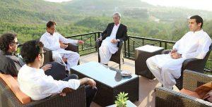 عمران خان سے پرویزخٹک کی سربراہی میں وزراء کی ملاقات