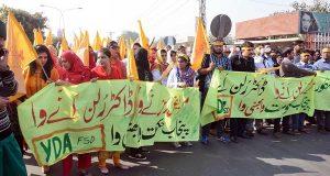 پنجاب میں ینگ ڈاکٹرز پھر سڑکوں پر شہ شہر احتجاج