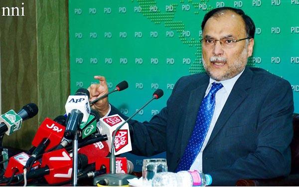 اسلام آباد۔وفاقی وزیر منصوبہ بندی احسن اقبال پریس کانفرنس سے خطاب کر رہے ہیں