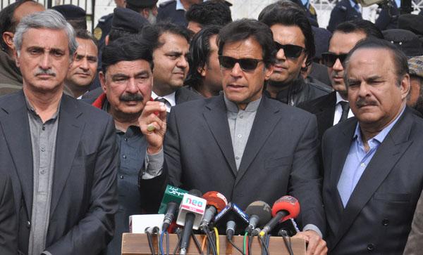 اسلام آباد، تحریک انصاف کے سربراہ عمران خان پانامہ لیکس کیس کی سماعت کے بعد سپریم کورٹ کے باہر میڈیا سے گفتگو کر رہے ہیں