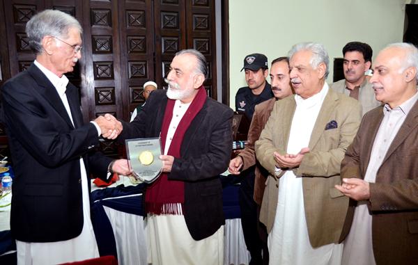 پشاور، وزیر اعلیٰ خیبرپختونخوا پرویز خٹک انسپکٹر جنرل پولیس ناصر خان درانی کو شیلڈ دے رہے ہیں