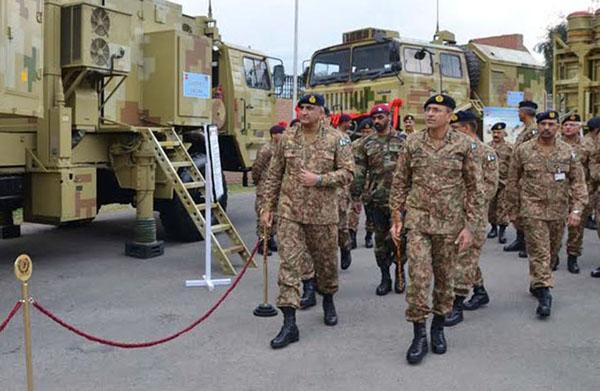 اسلام آباد، آرمی چیف جنرل قمر جاوید باجوہ پاکستا ن آرمی کے نئے ایئر ڈیفنس سسٹم کا معائنہ کر رہے ہیں