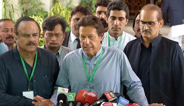 اسلام آباد، چیئرمین پاکستان تحریک انصاف عمران خان میڈیا سے گفتگو کر رہے ہیں