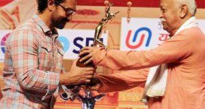 عامر خان کو غدارقراردینے والے نے انہیں ایوارڈ سے نوازا