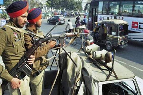 سری نگر، قابض بھارتی فوج کے اہلکار مظاہرین کیخلاف کارروائی کیلئے تیار کھڑے ہیں