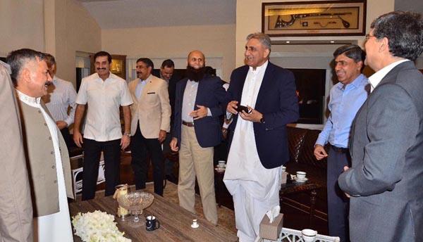 راولپنڈی، آرمی چیف جنرل قمرید جاوید باجوہ اپنے رفقاءکے ہمراہ پاکستان کرکٹ ٹیم کی کامیابی کے لمحات سے لطف اندوز ہو رہے ہیں