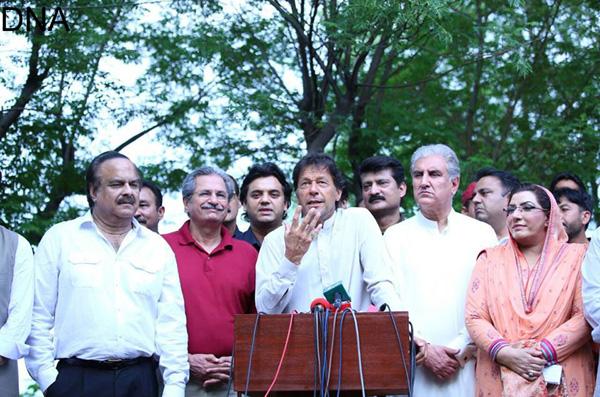 اسلام آباد، چیئرمین پاکستان تحریک انصاف عمران خان پریس کانفرنس سے خطاب کر رہے ہیں