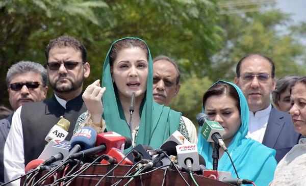 اسلام آباد، وزیر اعظم کی صاحبزادی مریم نواز جے آئی ٹی میں پیشی کے بعد میڈیا سے بات چیت کر رہی ہیں