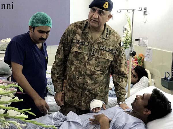 لاہور، آرمی چیف جنرل قمر جاوید باجوہ دھماکے میں زخمی ہونیوالوں کی عیادت کر رہے ہیں