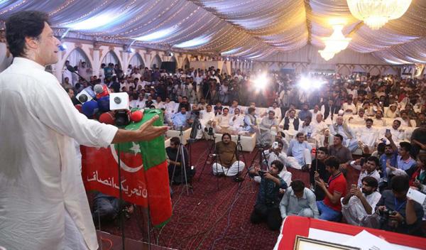 اسلام آباد، چیئرمین پاکستان تحریک انصاف عمران خان مقامی ہوٹل میں ورکرز کنونشن سے خطاب کر رہے ہیں