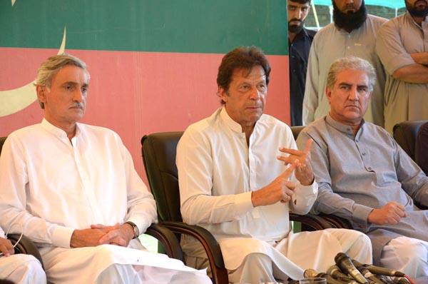 اسلام آباد ، چیئرمین پاکستان تحریک انصاف عمران خان بنی گالہ میں میڈیا سے گفتگو کر رہے ہیں ، جہانگیر ترین اور شاہ محمود قریشی بھی ہمراہ ہیں