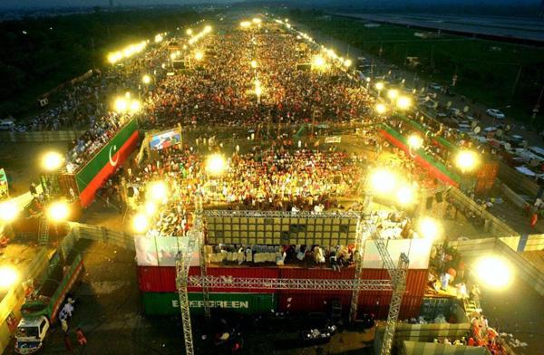 اسلا م آباد، پاکستان تحریک انصاف کے پیریڈ گراﺅنڈ میں منعقد ہ تاریخی جلسہ عام کا دلکش منظر