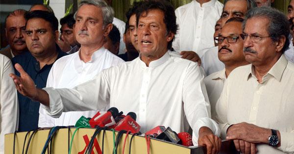 اسلام آباد، سربراہ پاکستان تحریک انصاف عمران خان پریس کانفرنس کررہے ہیں، جہانگیر ترین اور شفقت محمود بھی ہمراہ ہیں