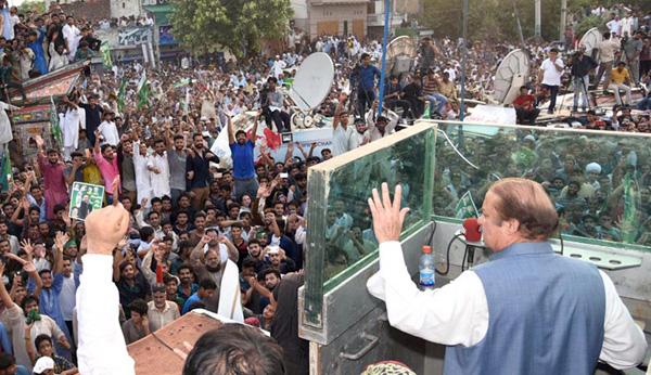 جہلم، نااہل وزیر اعظم نواز شریف کارکنوں سے خطاب کر رہے ہیں