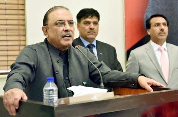 لاہور: پاکستان پیپلز پارٹی کی شریک چیئرمین آصف علی زرداری بلاول ہاﺅس میں پارٹی ورکرز سے خطاب کر رہے ہیں
