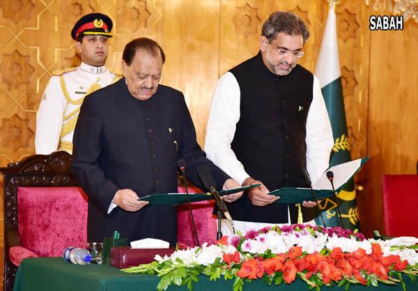اسلا م آباد، صدر ممنون حسین نو منتخب وزیر اعظم شاہد خاقان عباسی سے ان کے عہدے کا حلف لے رہے ہیں