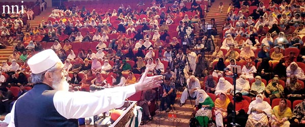 پشاور: امیر جماعت اسلامی سینیٹر سراج الحق یوتھ وومن ونگ کے سیمینار سے خطاب کر رہے ہیں