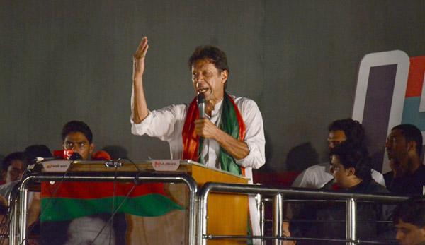 لاہور: تحریک انصاف کے چیئرمین عمران خان قرطبہ چوک میں منعقدہ ایک بڑے عوامی جلسہ عام سے خطاب کر رہے ہیں