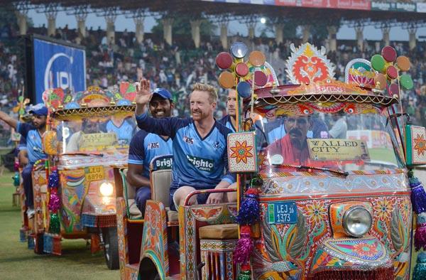 لاہور: ورلڈ الیون کے کھلاڑیوں کو میچ سے قبل خصوصی رکشے میں بٹھا کر اسٹڈیم کا چکر لگوایا جا رہا ہے