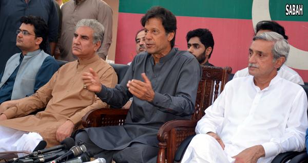 اسلام آباد: پاکستان تحریک انصاف کے چیئرمین عمران خان پریس کانفرنس سے خطاب کر رہے ہیں، جہانگیر ترین و شاہ محمود قریشی بھی ان کے ہمراہ ہیں