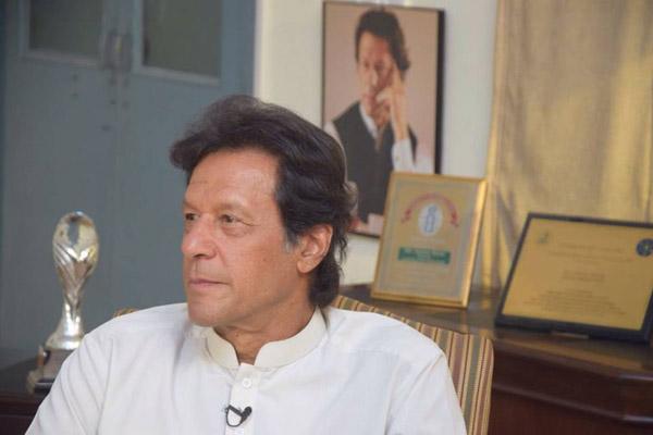 بنی گالہ: چیئرمین تحریک انصاف عمران خان میڈیا سے گفتگو کر رہے ہیں
