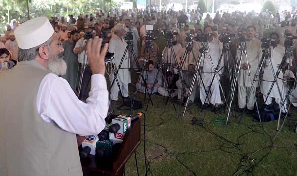 پشاور' امیر جماعت اسلامی سراج الحق علماءکنونشن سے خطاب کر رہے ہیں