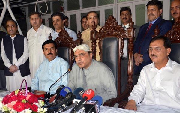 پشاور: پاکستان پیپلز پارٹی کے شریک چیئرمین آصف علی زرداری پریس کانفرنس سے خطاب کر رہے ہیں