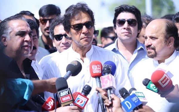 کراچی، پاکستان تحریک انصاف کے سربراہ عمران خان میڈیا سے گفتگو کر رہے ہیں