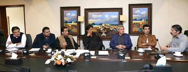 اسلام آباد، چیئرمین پی ٹی آئی عمران خان بنی گالہ میں مشاورتی اجلاس کی صدارت کررہے ہیں