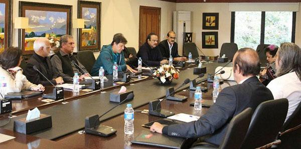 اسلام آباد، چیئرمین پاکستان تحریک انصاف عمران خان کور کمیٹی اجلاس کی صدارت کر رہے ہیں