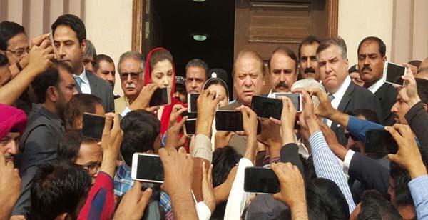 اسلام آباد:سابق وزیراعظم نوازشریف احتساب عدالت میںپیشی کے بعد میڈیاسے گفتگوکررہے ہیں