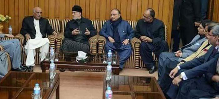 LAHORE, DEC 07: Pakistan Awami Tehreek, Chief, Tahirul Qadri in a meeting with PPP Co-Chairperson Asif Ali Zardari, on Thursday.=DNA PHOTO