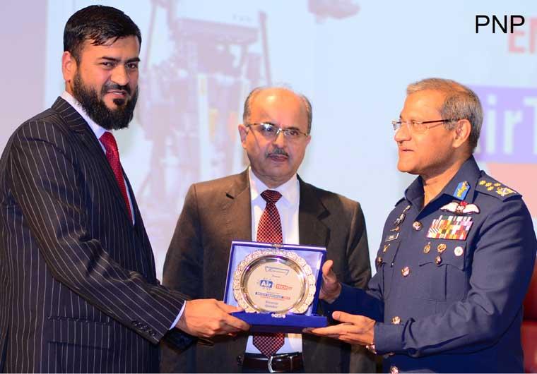 اسلام آباد: ائیر مارشل سہیل امان ائیر ٹیک17ویں کانفرنس کے موقع پر سپیکر کو اعزازی شیلڈ دے رہے ہیں
