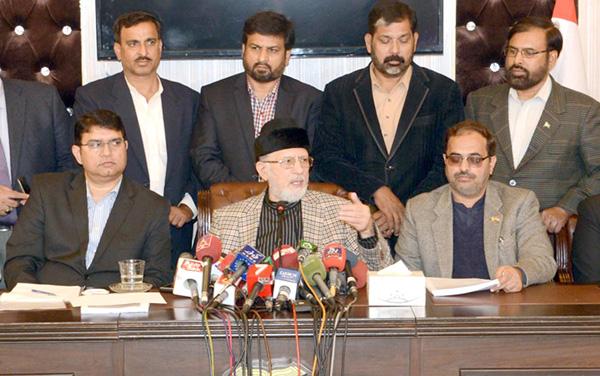 لاہور، پاکستان عوامی تحریک کے سربراہ ڈاکٹر طاہر القادری پریس کانفرنس کر رہے ہیں