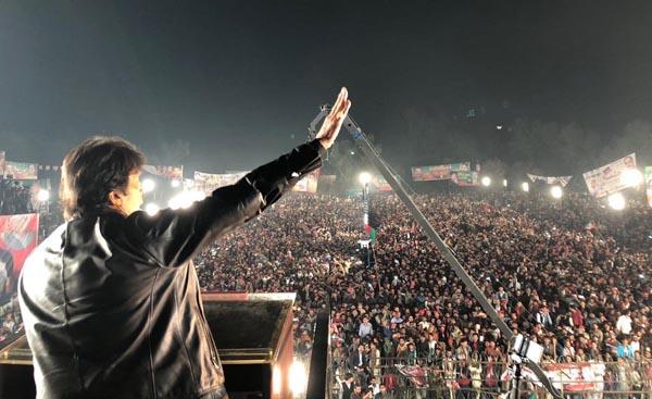 اوکاڑہ: تحریک انصاف کے چیئرمین عمران خان ایک بڑے جلسہ عام سے خطاب کر رہے ہیں