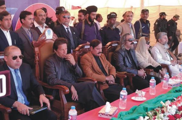 بنوں: چیئرمین تحریک انصاف عمران خان دیگر رہنماﺅں کے ہمراہ بنوں یونیورسٹی کی تقریب میں شریک ہیں
