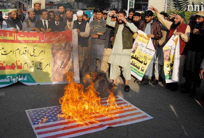 روالپنڈی: دفاع پاکستان کے کارکنان امریکہ کے خلاف احتجاج کے دوران امریکی پرچم نذر آتش کر رہے ہیں