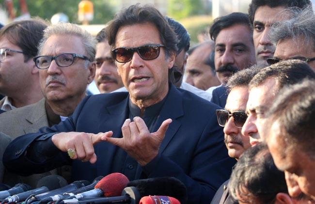 کراچی: چیئرمین تحریک انصاف عمران خان جناح انٹرنیشنل ائیرپورٹ پر میڈیا سے گفتگو کر رہے ہیں