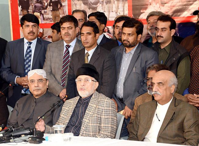 لاہور : سابق صدر آصف زرداری اور عوامی تحریک کے سربراہ طاہر القادری مشترکہ پریس کانفرنس کر رہے ہیں