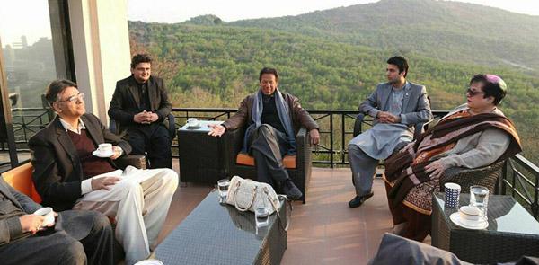 اسلام آباد، چیئرمین پاکستان تحریک انصاف عمران خان سے شیریں مزاری ، اسد عمر اور دیگر ملاقات کر رہے ہیں