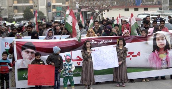 اسلام آباد: عوامی تحریک کے کارکنان زینب کے بہیمانہ قتل کے خلاف احتجاجی مظاہر ہ کر رہے ہیں