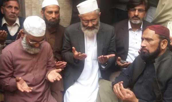 قصور: امیر جماعت اسلامی سراج زینب کے خاندان کے ساتھ اظہار تعزیت کے بعد فاتحہ خوانی کر رہے ہیں